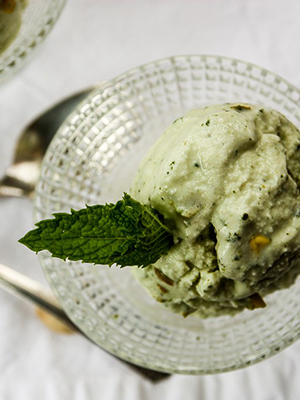 Pistachio Mint Frozen Yogurt | The Food Blog